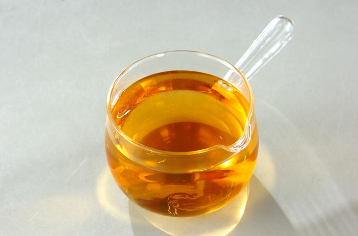 酢、砂糖、塩だけで作れる甘酢。保存容器に入れて保存しておけば、忙しいときにサッと和え物を作ることができて便利。同じく長期保存可能な桜えびと一緒に、さまざまな和え物レシピを作れるので、休日に作り置き&買い置きしておくとかなり役立ってくれるはず。