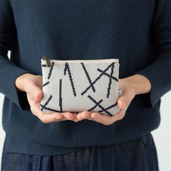 大人ポップなデザインが素敵なニットのポーチ。 シンプルな作りのファスナー付きです。 クレジットカードも入るのでコインケースやお財布としても。