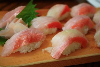 一年中流通されていますが冬のこの時期最も美味しいのが「金目鯛」。煮付けはもちろんのことお刺身やしゃぶしゃぶなど和洋中様々なお料理にも対応できる金目鯛は旬のこの時期最も脂がのっててとても美味しいんですよ。それでは早速1月の美味しい旬をいただく献立案をご紹介したいと思います。