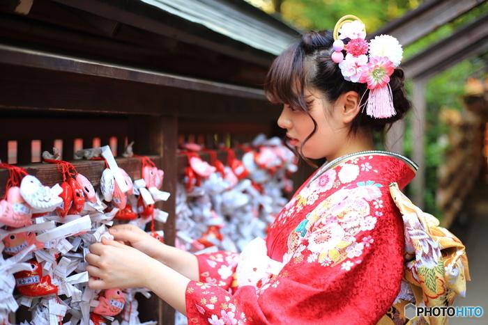 """初詣は神様への新年のご挨拶ですが、""""いつまでに行かなければならない""""という決まりは特にありません。一般的には元日から3日までの「三が日」か、7日までの「松の内」の間に詣でると良いとされています。諸事情で松の内に初詣ができなかった場合には、1月15日の「小正月」までか、遅くとも1月中には詣でるようにしましょう。"""