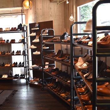 靴選びはサイズが合っているかどうかが大切ですが、まずはかかとのカーブが靴のカーブと一致しているかどうかをチェック。 次に土踏まずが靴のアーチラインに合っているか、幅が合っているかなどを見ていきます。 最後に、爪先が靴の甲の部分や前の部分にあたっていないか、靴の縁に隙間やくい込みがないかを確かめます。  オンラインショップでもこれらの確認はできますが、やはりできたら試し履きをするとより足に合ったものを選べます。