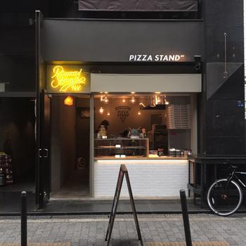 多様なカルチャーがひしめくアメリカ村にある、気軽にピザが食べられる「ピザスタンドニューヨーク」。本場で修行を積んだオーナーがつくるピザにリピーターも多いんです。