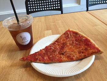 手のひらよりも大きいダイナミックなピザが本場っぽい。端を持って真ん中で谷折りにして一気にパクッと食べるのがニューヨークスタイルですよ。