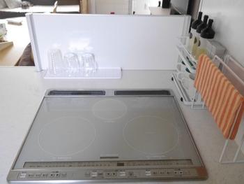 コンロ脇にラックを置いて、料理に使うオイルや調味料をセットしても◎ タオルラックがあると衛生的ですね。ラックごと移動すれば、掃除しやすいですし、白でまとめてあるので見た目もすっきり。