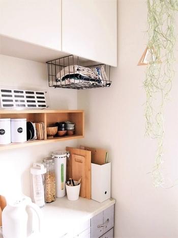 吊り戸棚の下はデットスペースになりがち。ワイヤーラックで布巾やペーパータオルを収納してみてはいかがでしょう。セリアのワイヤーラックはアイアン調なので部屋の雰囲気も邪魔しません。