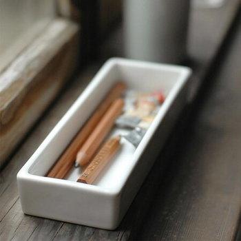 白磁の美しいペントレイ。中に入れるペンにもこだわりたくなります。