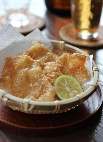 鶏皮をパリパリに焼いたおつまみです。材料は、鶏皮と塩だけのシンプルさ。カリッとした食感と鶏の旨みが楽しめます。