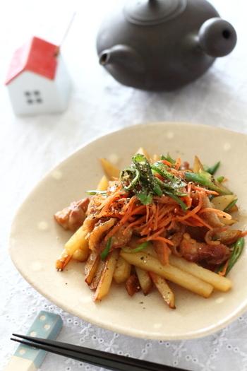 カリッカリに炒めた鶏皮の脂で、じゃがいもを炒めたご飯がすすむおかずです。