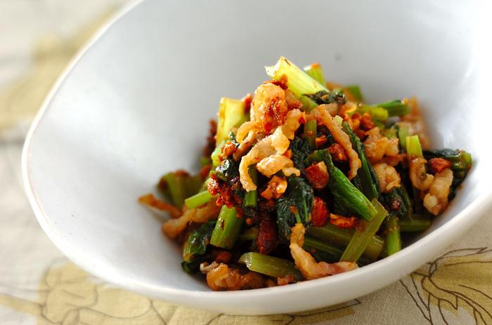 コラーゲンをたっぷり含む鶏皮をカリカリに揚げ、シャッキリゆでた小松菜とともに香ばしいアーモンドみそで和えました。美容にも健康にもうれしい栄養満点レシピです。