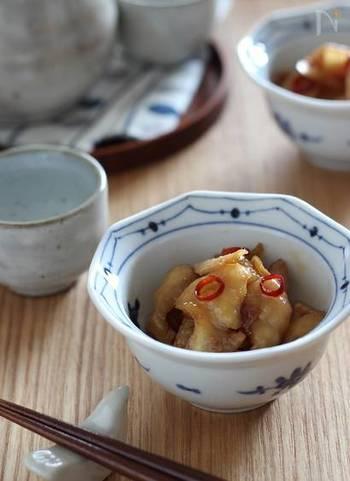 生姜をたっぷり入れて鶏皮を佃煮に。鶏皮は下茹でして、お酢も入れるので、さっぱりした甘辛味。ご飯のおかずにも、おつまみにも。
