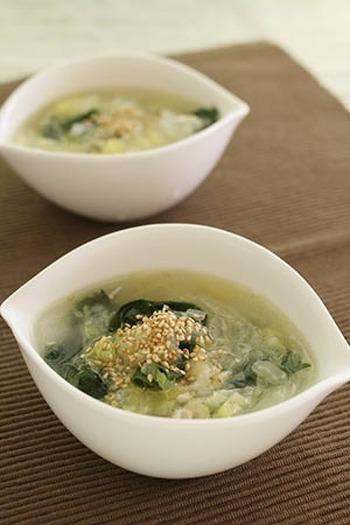 鶏皮の旨みがぎゅっと詰まった塩味スープ。とろとろに煮込んだ白菜の甘みがたまりません。