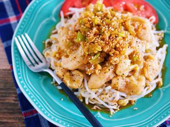 レンジでチンしたもやしに、カリカリに焼いた鶏皮をのせて。100円以下でできちゃう、給料日前にうれしい節約レシピ。
