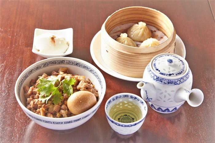 ランチタイムにはセットメニューのほか、単品でも麺や粥などがいただけるようになっています。おすすめは、台湾の屋台を代表する味である魯肉飯(ルーロンファン)と、皮から手作りの台湾小籠包のセット。手作りの杏仁豆腐とジャスミンティーもついています。できたてのアツアツをリーズナブルに食べられるコスパの良さも人気の秘密です。