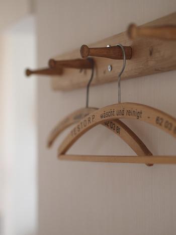 シンプルでとても使い勝手のいいフック。フックにそのままかけても、ハンガーを使ってもOK。ナチュラルな木製がいいですね。