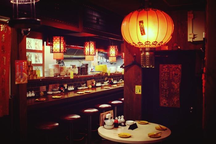 赤を基調にした雰囲気のある店内には、テーブル席のほか、カウンター席もあるのでおひとり様ランチでも安心して使うことができます。スタッフの接客もフレンドリーで、プチ台湾旅行気分を味わえます。