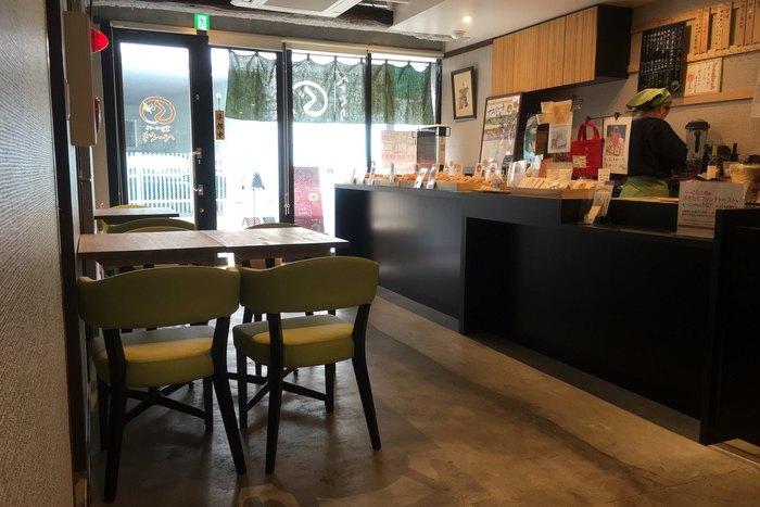 抹茶色の椅子や黒いテーブルなど和テイストの店内。ベーグルが並ぶカウンターの脇には、イートインスペースもあり、ここでランチを楽しむ方も多いんですよ。