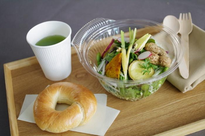 プレーンベーグルと季節のオーガニックサラダのセットは、女性に人気のメニュー。無農薬、無化学肥料のお野菜は、千葉県や八ヶ岳から届けられる新鮮なもの。体の中からキレイになれそうなセットです。