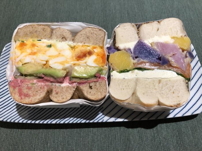 ベーグルを選んで、好きなトッピングでサンドイッチを作ってもらうこともできます。フォトジェニックな断面が美しいので、ぜひお気に入りのベーグルサンドを作ってみましょう!アボカドや卵、お野菜などトッピングの種類が多いので、どれにしようか迷ったら、スタッフの方におすすめの組み合わせを教えてもらえますよ。