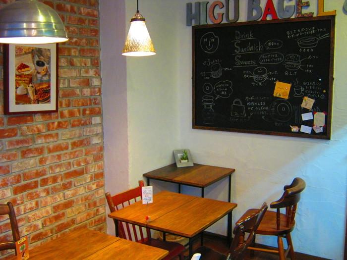 11席のカフェスペースは、温もりが感じられる空間で居心地が良いと評判。ひとりでも入りやすいので、お仕事の合間にここでひと息つくのもおすすめです。
