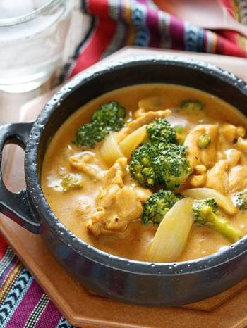 ありそうでないカレーのクリームシチュー。 牛乳ベースのスープにカレールゥを加えるだけ。カレールゥによるとろみを活かせるので、小麦粉で作るより簡単かも♪