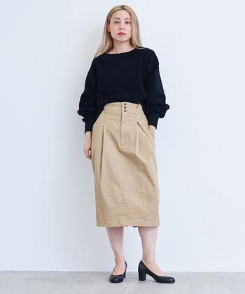 一見シンプルなベージュのタイトスカートは実は存在感が高めのアイテム。クールに決めたい時はトップスに合わせて太めの黒いヒールがマストです。