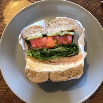 ベーグルと中身を選んでオリジナルのサンドイッチを作ってもらうこともできますよ。お野菜がたっぷり入ったものや、スイーツ系などその日の気分に合わせてお好みのアレンジができるので、リピーターが多いのも納得。朝7時から営業していますが、サンドイッチの販売は8時からなので、時間に気を付けて訪れてくださいね。