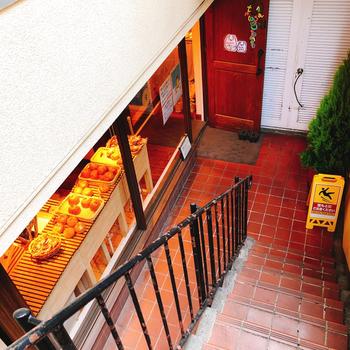 小田急線の代々木八幡駅または、東京メトロ千代田線の代々木公園駅を出てすぐのところにある「テコナベーグルワークス(tecona bagel works)」は、常時50種類のベーグルが楽しめる専門店。お店はビルの地下1階。階段を下りてすぐのところにありますよ。