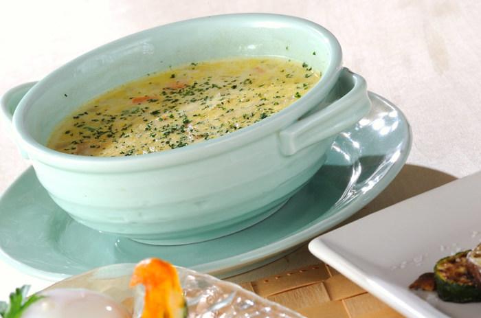にんじんでほのかな黄色がきれいなミックスベジタブルのスープ。忙しいときに、野菜が食べたいときにもおすすめです。 牛乳と水をベースに、チキンスープの素やカレー粉などで味付けするだけ♪ 赤、黄、緑の彩り豊かなスープが、15分程度でささっと完成します。