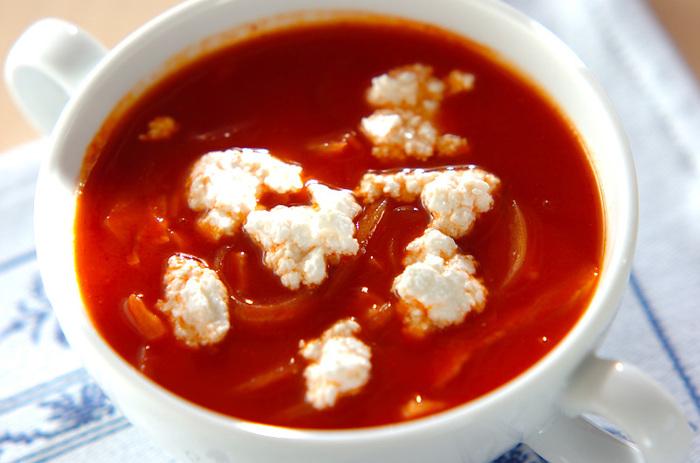 オニオントマトスープは、トマトジュースを使った時短クリーミースープ。 たまねぎとベーコンがトマトの酸味とマッチ◎カッテージチーズをのせると、とろとろで身体にやさしいクリーミースープの出来上がりです。