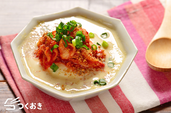 お皿に、豆腐、豆乳、調味料を入れて電子レンジでチン。あとはキムチをのせるだけで完成!お手軽スープです。 ボリュームもあるので、遅く帰った日の晩ごはんにもおすすめ。