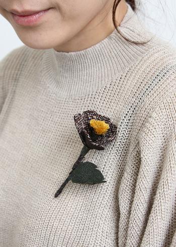 胸元に小さな花束をあしらうような、ブーケタイプのコサージュブローチ。落ち着いた色合いなら、カジュアルダウンした服装にもよく合います。