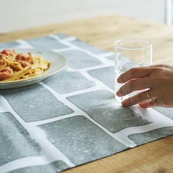ものを包んだり、テーブルクロスとして敷いてみたり、色々な使い方が出来る風呂敷。集めたくなってしまいますね。