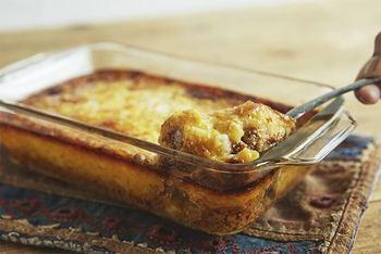 ひき肉とジャガイモ、ピザ用チーズで作るグラタンです。ホワイトソースの感覚でカレーを使って、簡単にアレンジメニューが楽しめます。