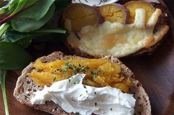 ごと芋で作った焼き芋とクリームチーズの組み合わせがオシャレなトースト。週末の朝食に用意したい。