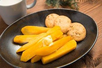 ごと芋をレンジで温めたら、バターをポン。簡単で、お芋の甘さとバターの香りとコクの組み合わせを楽しめるアレンジです。
