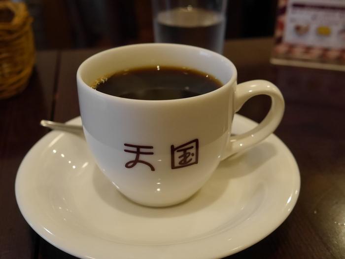コーヒーカップには、レトロ可愛いフォントで「天国」の文字が。こんな可愛いカップでコーヒーを飲む時間は、まさに天国です…!