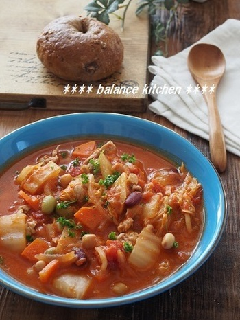 水を一切加えずに野菜の水分で作るクリーミースープ! 野菜、豆、豚肉がたくさん入った栄養満点のトマトシチューは、低カロリーな食材も多く、ボリュームもあるのでダイエットしたい方にもおすすめです*