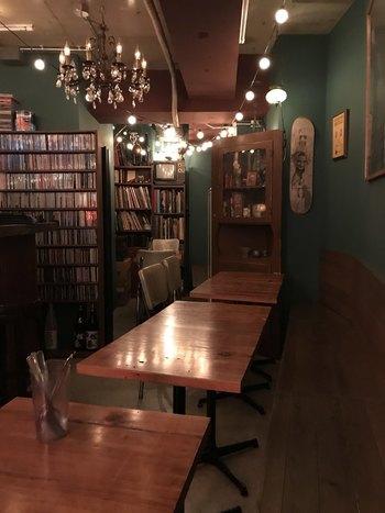 夜はバーになる店内は、照明を落とした落ち着いた雰囲気。しっとりゆっくり過ごしたい大人の空間です。