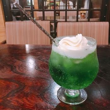 丸っこいグラスが可愛いクリームソーダ。アイスコーヒーもこちらのグラスで出てきます。浅草散歩のちょっとした休憩にはぴったりのサイズですね♪
