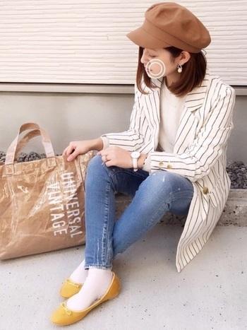 同じ白のジャケットでも、ストライプ柄のデザインは、すっきりとスタイリッシュな印象に。かっちりとしたダブルジャケットにトートバッグを合わせてカジュアルダウン。