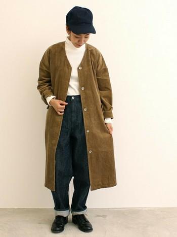 存在感のあるロング丈のコーデュロイジャケットは、白のタートルネックと合わせてシンプルに。ゆったりとしたボーイフレンドジーンズを選べば、大きめシルエットが旬の着こなしを作ります。