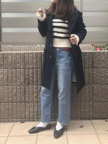 ロング丈のジャケットは、短めのトップスを合わせることでバランス良く着こなせます。ジーンズ以外をモノトーンでまとめることで、コーディネート全体に統一感が。