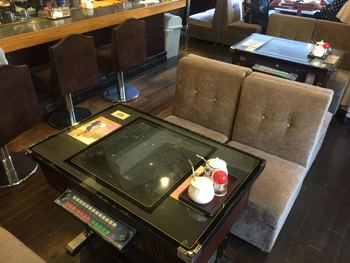 ぜひ座って欲しいのがこのゲーム卓!都内の喫茶店でも、たまにしか見かけることのできない懐かしのゲーム卓が楽しめるのです。嬉しい!