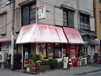 つくばエクスプレス浅草駅から歩いて約3分ほどの場所にある「ピーター」。純喫茶好きにはたまらない、看板の色褪せ具合と、店前の自販機。昭和情緒溢れる佇まいのお店です。