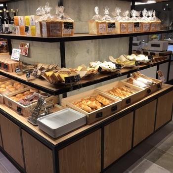 「テーラードコーヒーブリュワーズ」と同じく「シエスタハコダテ」の地下フロアにあるパンのお店。函館の老舗ベーカリー「キングベーク」の姉妹店で、北海道産の小麦やバターなど素材にこだわったパンをいただけます。