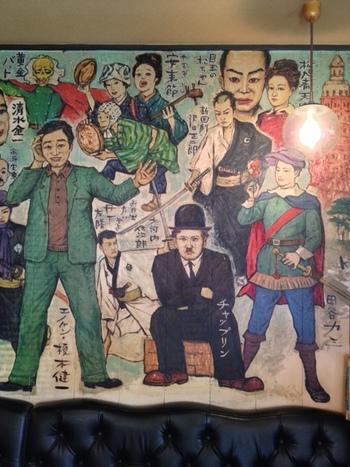 店内に入ると、びっくり!壁一面に、名優たちが描かれているんです。思わずずっと眺めてしまう迫力です。