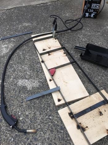 棚板を設置する枠は、アイアンを溶接して作ります。  かなりハードルが高めですが、溶接機など必要な工具を貸し出してくれるホームセンターもあるので、利用しながら作っていきましょう。