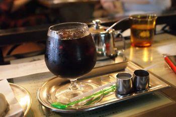 もちろん、スイーツだけでなくコーヒーにもこだわりが。定番メニューは、こちらのダッチコーヒー。梅酒を加えた「梅ダッチコーヒー」という人気メニューもあります。
