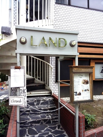 目黒で行列ができるカレー屋さんとして有名な「LAND(ランド)」は、山手線・都営三田線、南北線、東急の目黒駅から歩いて10分ほどのビルの2階にあります。営業は週4日で、残りの3日はカレーの研究に費やしているいうこだわりのお店。