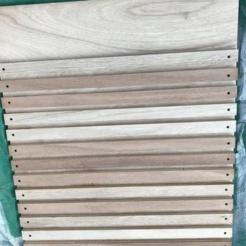 板に角材をビス止めしたものを、壁面に埋め込むだけで簡単に作れるんですよ。  あとは、等間隔に棚板をはめ込むだけ。